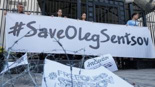 Participantes asisten a una manifestación para exigir la liberación del director de cine ucraniano Oleg Sentsov , encarcelado por terrorismo y actualmente en huelga de hambre en la cárcel rusa, frente a la embajada rusa en Kiev, Ucrania, el 21 de agosto de 2018.