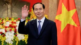 El presidente vietnamita, Tran Dai Quang, saluda a los periodistas en el Palacio Presidencial el 23 de marzo de 2018.