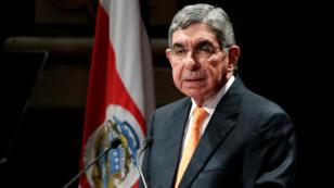Archivo- El expresidente de Costa Rica y Premio Nobel de la Paz de 1987, Óscar Arias, pronuncia un discurso durante la celebración del aniversario del Acuerdo de Paz de Centroamérica, en el Teatro Nacional de San José, el 12 de septiembre de 2012.