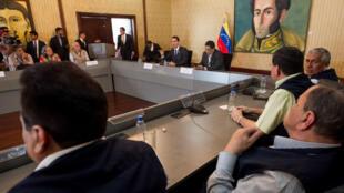 El canciller venezolano, Jorge Arreaza, reunido con los acompañantes internacionales para los comicios municipales.