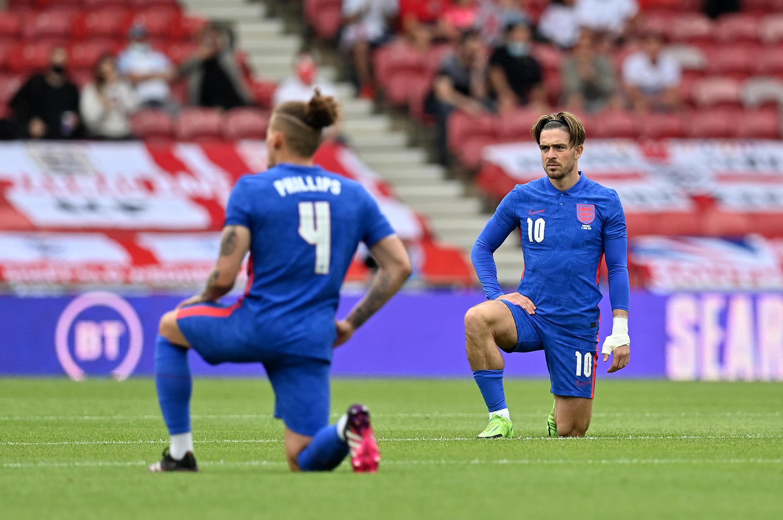 Les joueurs de l'équipe d'Angleterre posent un genou à terre lors de la rencontre contre la Roumanie, le 6 juin à Middlesbrough.