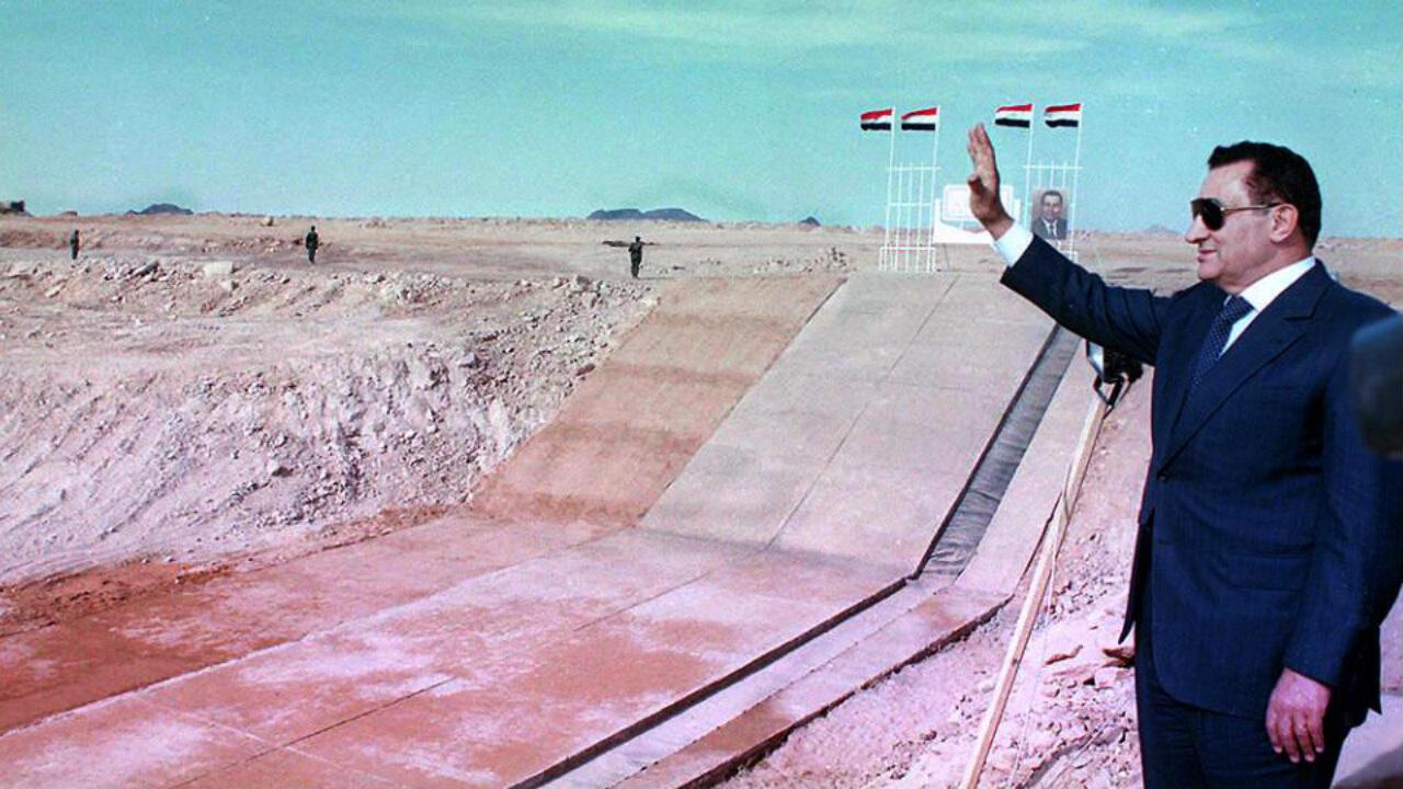 """El presidente egipcio Hosni Mubarak inició el 9 de enero de 1997 el farónico trabajo en Abu Simbel para el """"nuevo Delta"""" en los desiertos del suroeste de Egipto."""