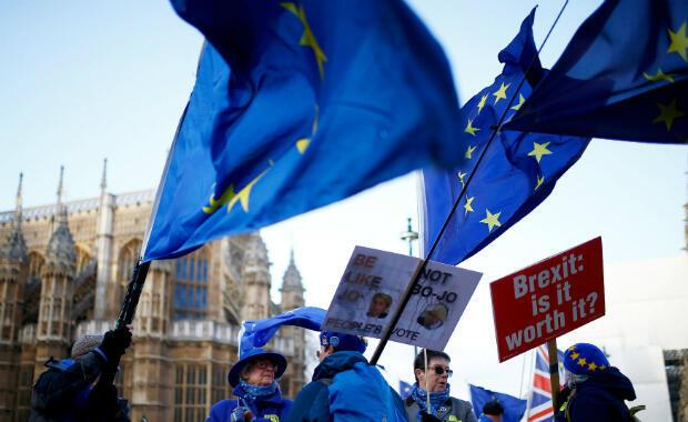 Manifestantes protestan contra el 'brexit' frente a las Casas del Parlamento en Londres, Gran Bretaña, el 19 de noviembre de 2018.