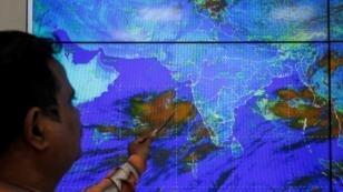 Un científico del Departamento Meteorológico de India monitorea al ciclón Vayu en su oficina en Ahmedabad, India, el 11 de junio de 2019.