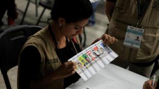 Los escrutadores vuelven a contar los votos de las elecciones generales durante un recuento especial.
