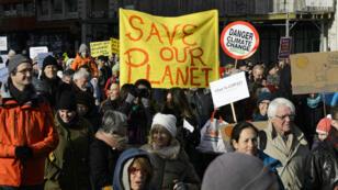 """Des manifestations en faveur de la COP21 avaient lieu dans le monde entier le 28 novembre, alors que les """"pèlerins climatiques"""" arrivaient à Saint-Denis."""