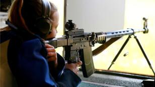 Archivo. Una mujer disparando un rifle en un campo de tiro en el club Schuetzenverein Osssingen, Suiza. 16 de mayo de 2019.