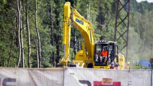 Une pelleteuse sur le site des fouilles pour tenter de trouver un train qu'auraient caché les nazis à la fin de la Seconde Guerre mondiale, à Walbrzych, en Pologne, le 16 août 2016.