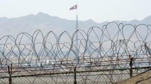 """أسلاك شائكة قرب """"بانمونغوم"""" في المنطقة الحدودية بين الكوريتين"""