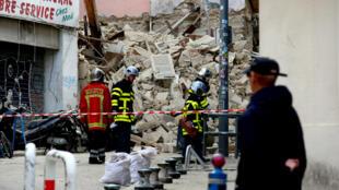 Los equipos de rescate buscan entre los escombros de dos edificios derrumbados en el centro de Marsella, Francia, el 5 de noviembre de 2018.