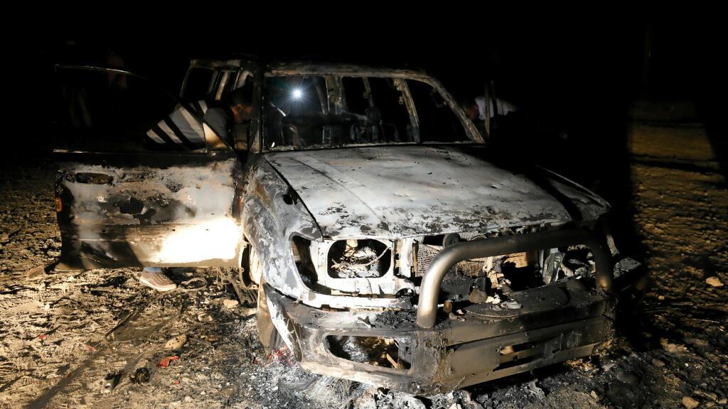 Imagen de Archivo. Fotografía tomada el 2 de noviembre de 2018, muestra los restos de un automóvil, supuestamente utilizado por los hombres armados que atacaron un autobús que transportaba cristianos coptos, al costado de una carretera en la provincia de Minia, en el sur de Egipto.
