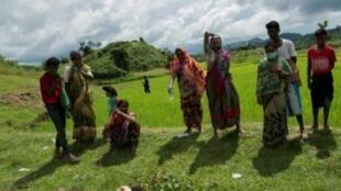 هندوس يبكون بجانب جثث أقاربهم في قرية يي باوك كيار في أيلول/سبتمبر 2017