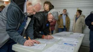 Des électeurs démocrates s'inscrivent à leur arrivée au caucus démocrate de l'Iowa, dans la ville de Keokuk, le 1er février 2020.