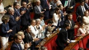 اعضاء في البرلمان الفرنسي يصفقون بعد تبني الجمعية الوطنية إصلاح الشركة الوطنية للسكك الحديد في باريس في 13 حزيران/يونيو 2018