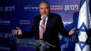 Avigdor Lieberman, líder del partido Yisrael Beitenu, declara después de la reunión de su facción, cerca de Neve Ilan, Israel, el 22 de septiembre de 2019.