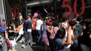 الشرطة التركية تفرق تظاهرة مناصرة لحقوق المثليين في إسطنبول في 28 حزيران/ يونيو 2015