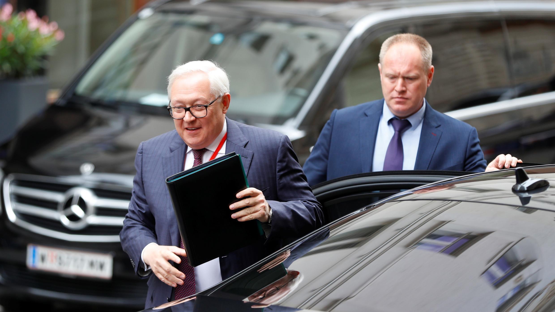 El viceministro de Relaciones Exteriores de Rusia, Sergei Ryabkov, llega a una reunión con el enviado especial de los Estados Unidos, Marshall Billingslea, en Viena, Austria, el 22 de junio de 2020.