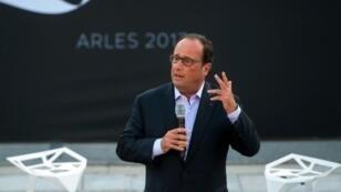 الرئيس الفرنسي السابق فرانسوا هولاند ملقيا خطابه الأول منذ مغادرته قصر الاليزيه خلال لقاء شبكة الاتصالات المبتكرة نابليون في آرل في جنوب فرنسا في 22 تموز/يوليو 2017
