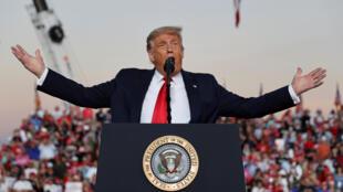 Donald Trump sur scène lors d'un meeting à Sanford, en Floride, le 13 octobre 2020.