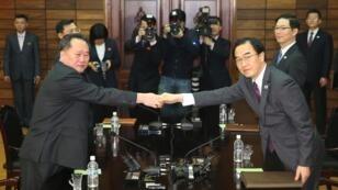 رئيسا وفدي كوريا الشمالية وكوريا الجنوبية في اجتماع بقرية بانمونجوم  في المنطقة منزوعة السلاح في 29 آذار/مارس