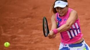 Paula Badosa golpea una bola de revés durante su partido contra Laura Siegemund en la cuarta ronda del torneo de Roland Garros, el 5 de octubre de 2020 en París