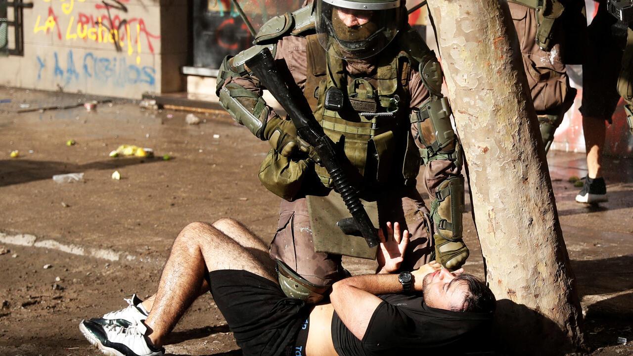 Un policía detiene a un manifestante durante una protesta antigubernalmental en Santiago, Chile, el 13 de noviembre de 2019.