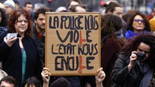 """Plusieurs centaines de personnes se sont rassemblées sur la place de la République, dimanche à Paris, pour protester contre la """"corruption des élus""""."""