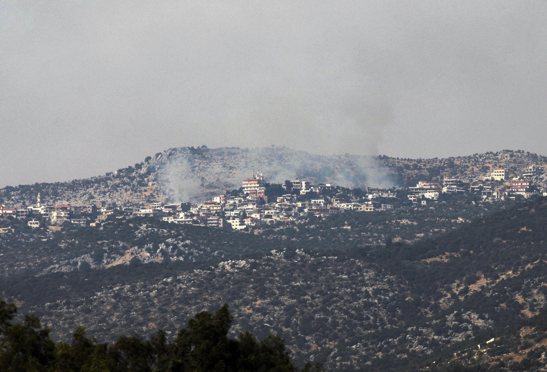 Une photo prise du côté israélien de la ligne bleue qui sépare Israël et le Liban montre la fumée qui s'élève au-dessus du secteur du village libanais de Chebaa, après des rapports d'affrontements dans la zone frontalière, le 27 juillet 2020.