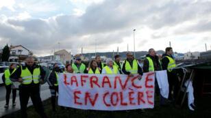 """Rassemblement des """"Gilets jaunes"""" près de Fos-sur-mer, le 22 novembre 2018."""