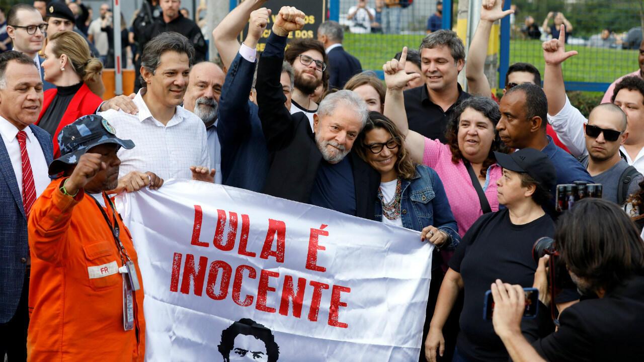 L'ex-président brésilien Lula, le 8 novembre 2019, après être sorti du siège de la police fédérale à Curitiba où il était emprisonné.
