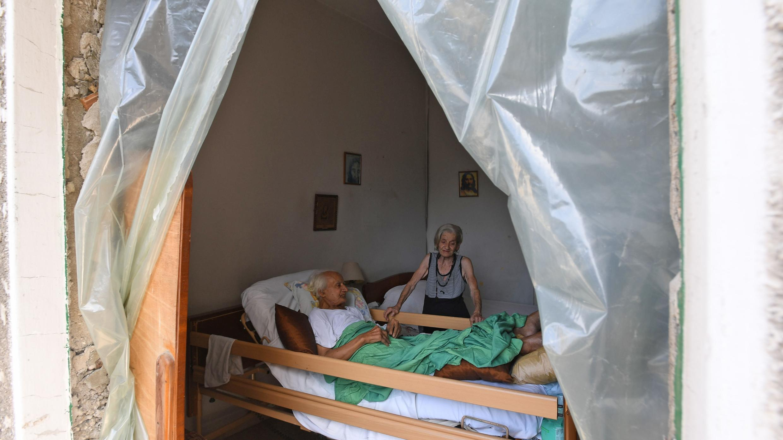 Una pareja de ancianos se queda en su apartamento dañado a raíz de la enorme explosión química de la semana pasada en el puerto de Beirut que devastó gran parte de la capital libanesa, el 12 de agosto de 2020.