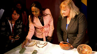 La ministra de Cultura de Colombia, Carmen Vásquez (centro), recibió el 10 de octubre de 2018 un total de 11 piezas arqueológicas que datan de la época precolombina  y que serán exibidas en el Museo Nacional de Bogotá.