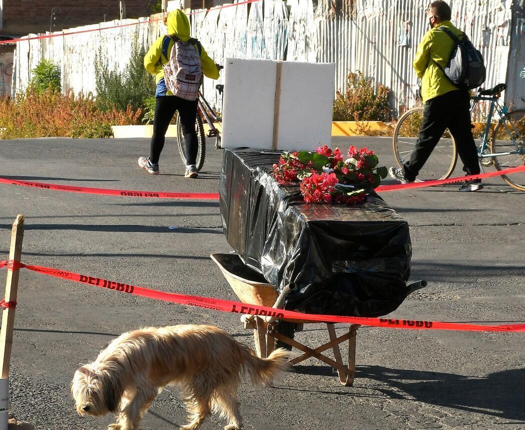 Un ataúd con un fallecido, al parecer por coronavirus, fue dejado en una calle como protesta por no poder enterrarlo o incinerarlo, en Cochabamba, Bolivia, el 4 de julio de 2020.Un ataúd con un fallecido, al parecer por coronavirus, fue dejado en una calle como protesta por no poder enterrarlo o incinerarlo, en Cochabamba, Bolivia, el 4 de julio de 2020.