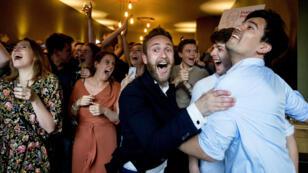 Miembros del Partido Laborista de Países Bajos celebran los resultados a pie de urna de las elecciones europeas en La Haya, el 23 de mayo de 2019.