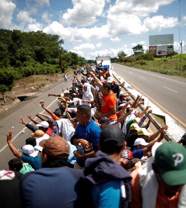 Un grupo de migrantes de la caravana hace autostop en un camión a lo largo de la carretera mientras continúan su viaje en Tapachula, México, 22 de octubre de 2018.