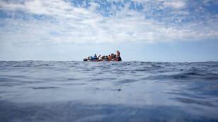 Un bateau de migrants dérivant sur la Méditerranée, le 8 septembre 2018.