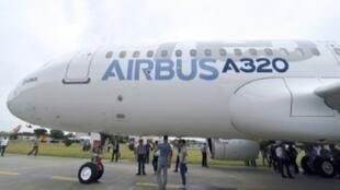 """صورة التقطت في الأول من تموز/يوليو 2014 لطائرة إيرباص """"إيه 320 نيو"""" في فرنسا"""