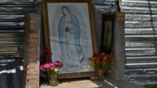 Une statuette de la Vierge Marie posée non loin des fosses communes découvertes au Mexique.