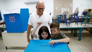 Une famille dans un bureau de vote de Tel Aviv en Israël.