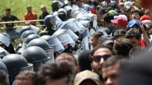 قوات الأمن العراقية تحاول احتواء مجموعة متظاهرين احتجاجا على البطالة في البصرة في جنوب العراق.