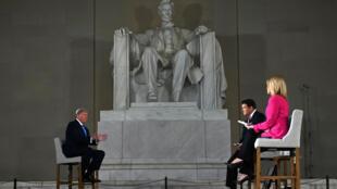 Le président américain Donald Trump répond aux questions des journalistes de Fox News depuis le Lincoln Memorial, à Washington, le 3 mai 2020.