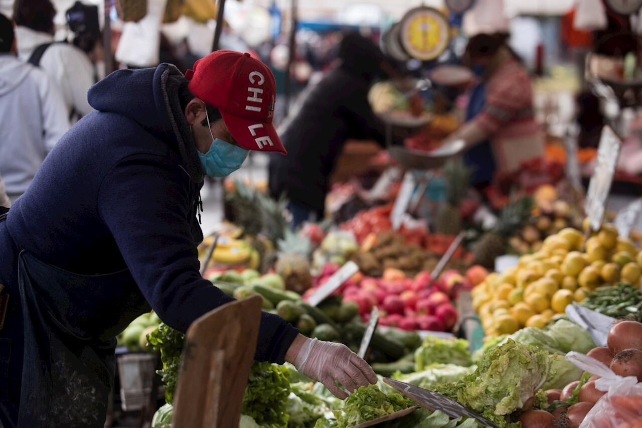 Un vendedor trabaja en la feria libre de la comuna de Peñalolén en Santiago, Chile. 8 de julio de 2020.