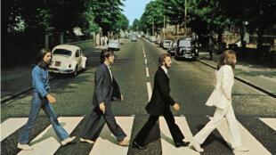 Miembros de los Beatles, George Harrison, Paul McCartney, Ringo Starr, John Lennon, cruzan Abbey Road en Londres, Gran Bretaña, 8 de agosto de 1969.