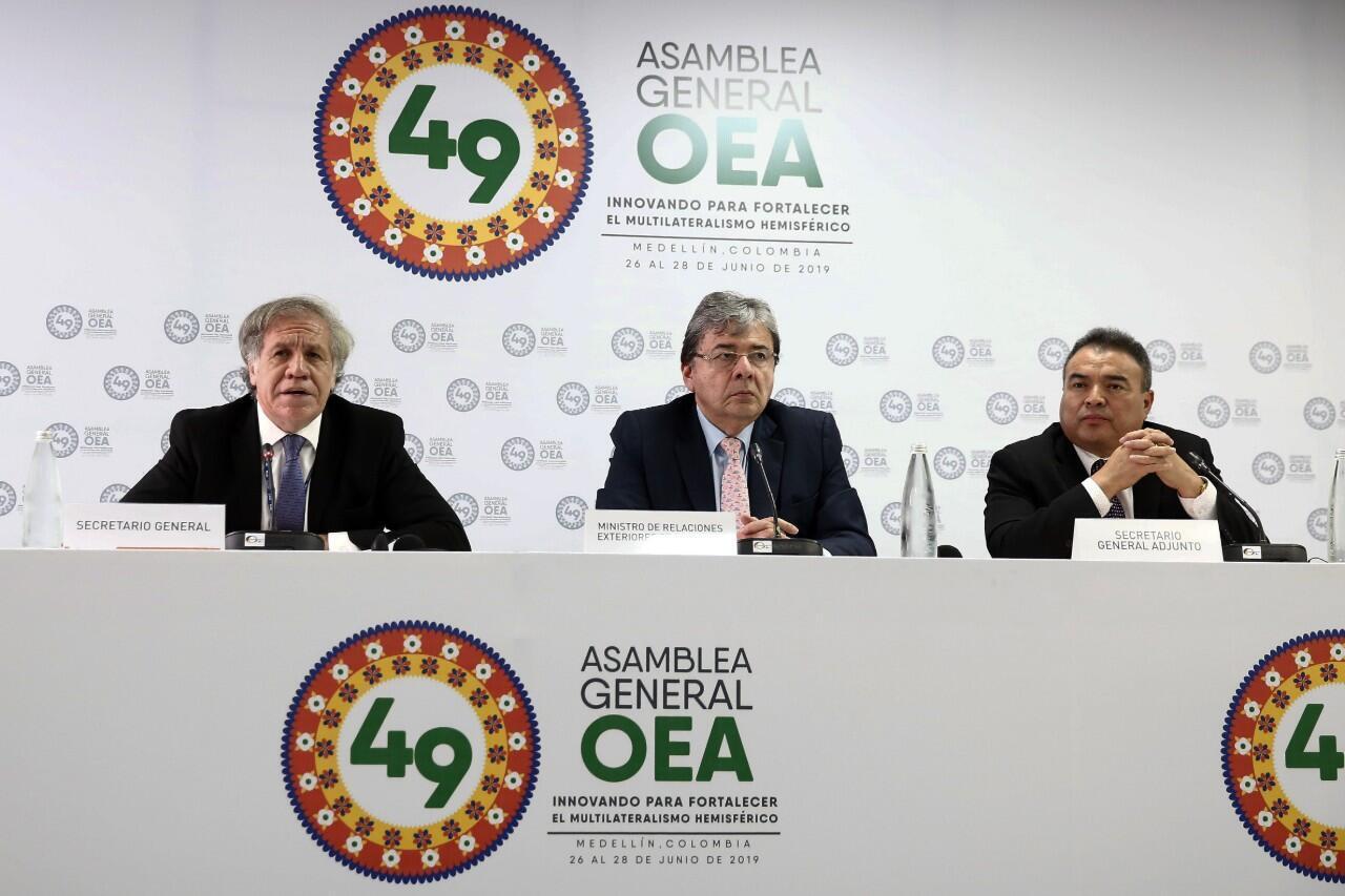 El secretario general de la OEA, Luis Almagro, junto al canciller de Colombia, Carlos Holmes, y al secretario general adjunto de la OEA, Néstor Méndez, durante la 49 Asamblea General de dicha organización en Medellín, Colombia, el 26 de junio de 2019.