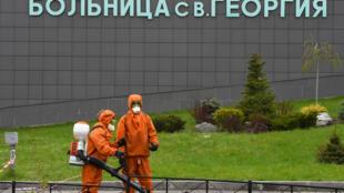 Dos trabajadores de emergencias sanitarias, el 12 de mayo de 2020 en el incendiado hospital Saint George de la ciudad rusa de San Petersburgo