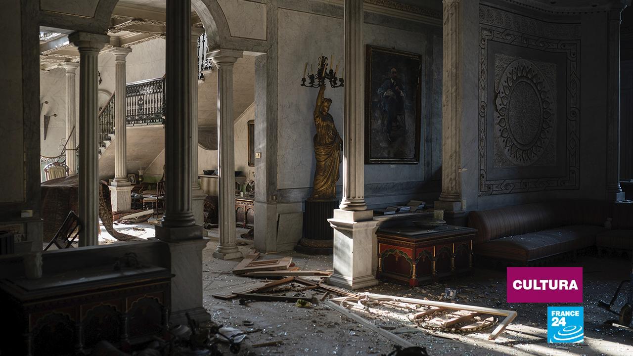 Vidrios rotos y marcos de ventanas yacen en el piso del Palacio Sursock, gravemente dañado por la explosión en el puerto marítimo de Beirut, Líbano, el viernes 7 de agosto de 2020.