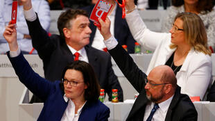 El líder del Partido Socialdemócrata de Alemania (SPD), Martin Schulz, y el líder del grupo parlamentario del SPD, Andrea Nahles, votan durante el congreso del partido del SPD en Bonn, Alemania, el 21 de enero de 2018.