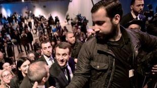 El presidente francés, Emmanuel Macron, acompañado por Alexandre Benalla durante un evento París en marzo de 2017.