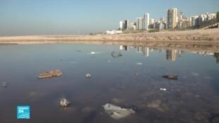 نفايات تطفو على سطح البحر في لبنان