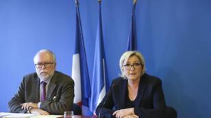 Marine Le Pen et le trésorier du parti Wallerand de Saint-Just, lors d'une conférence de presse, le 22 novembre 2017 à Nanterre.